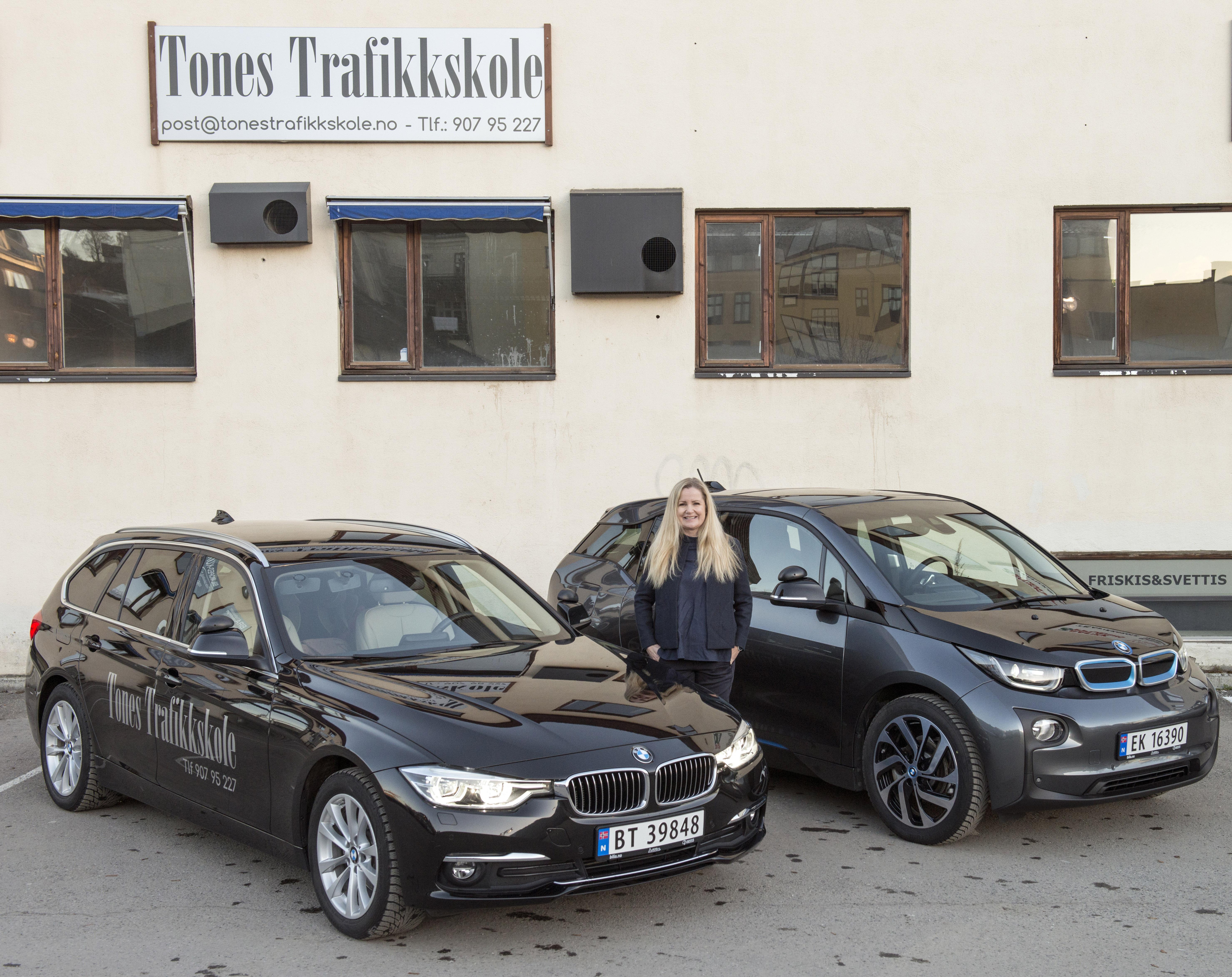 Tones trafikkskole kan tilby trafikkopplæring både med manuelt- og automatgir. Automatgir i kombinasjon med elbil som første trafikkskole i Hønefoss.
